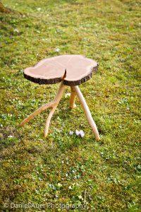 Beistelltisch mit Baumscheibe aus Kirsche als Tischplatte